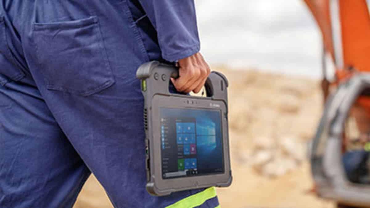 ouvrier-portant-une-tablette-durcie