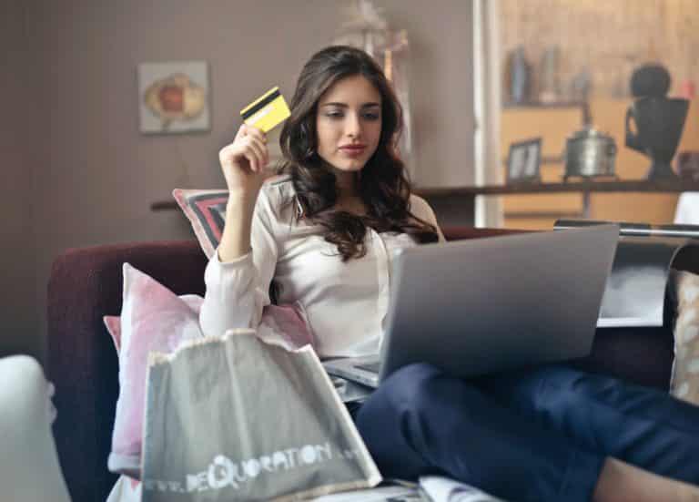 femme faisant ses courses en ligne avec livraison