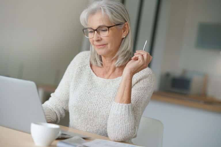 Femme senior devant son PC