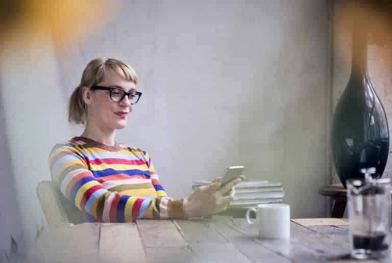 Femme sur son telephone